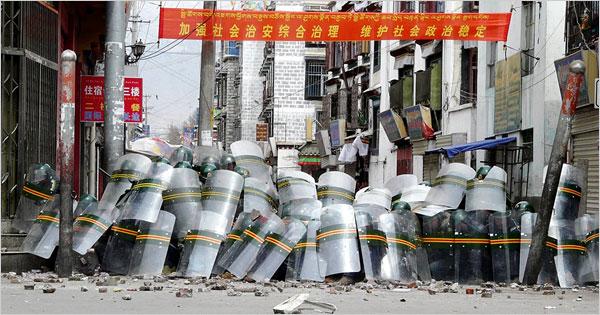 Verbarrikadierte volkschinesische Polizei in Lhasa, Tibet. Foto von pekingduck.org; verlinkt dorthin.