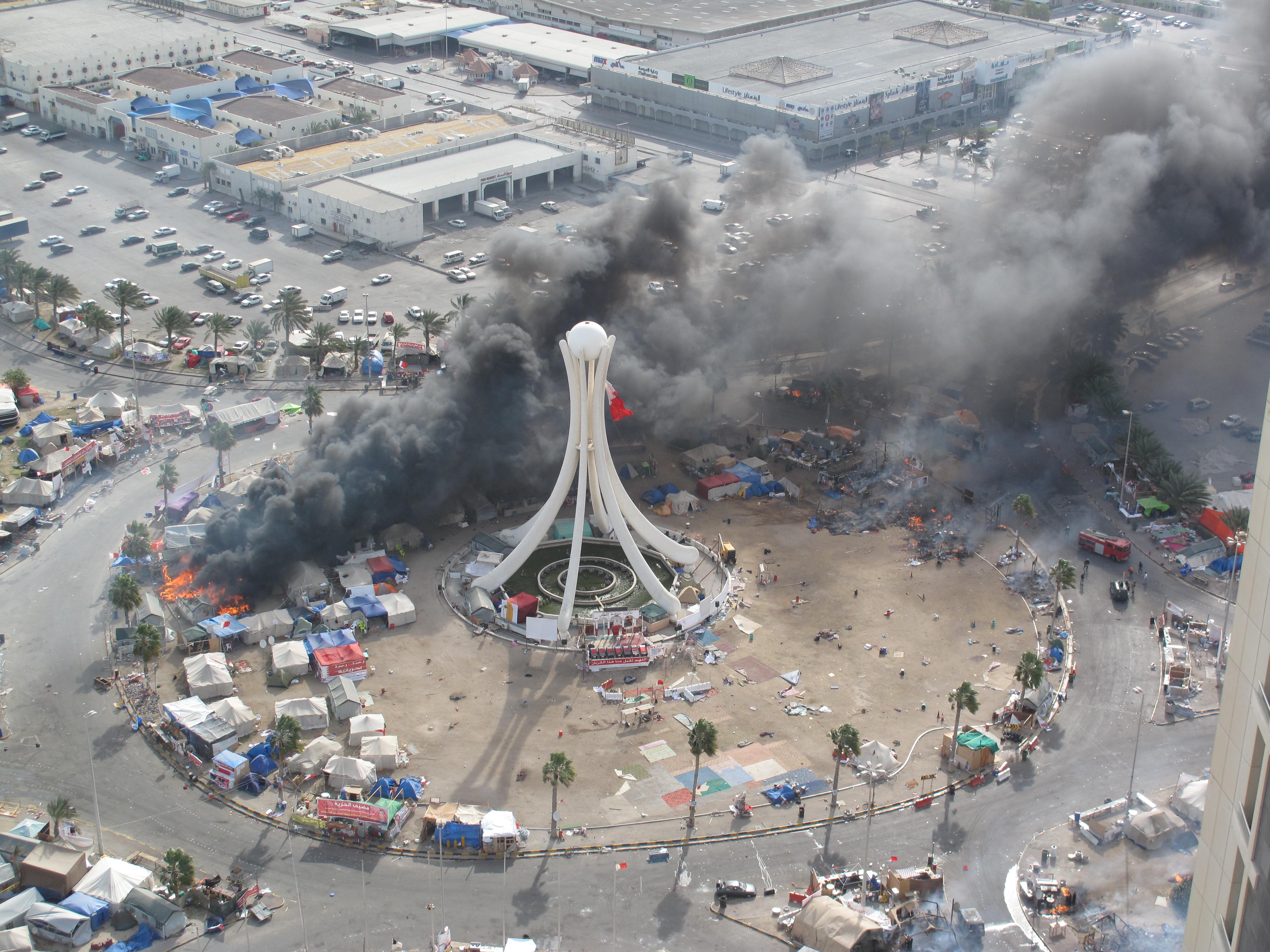 Brennende Zelte, als das Militär den Perlenplatz stürmt. 16. März 2011. Bild: Bahrain in pictures. Lizenz: Creative Commons BY-SA 3.0.