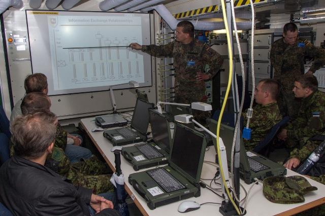 Einweisung bei IT-Übung Combined Endeavor 2013. Bild: Brockmann, Bundeswehr.