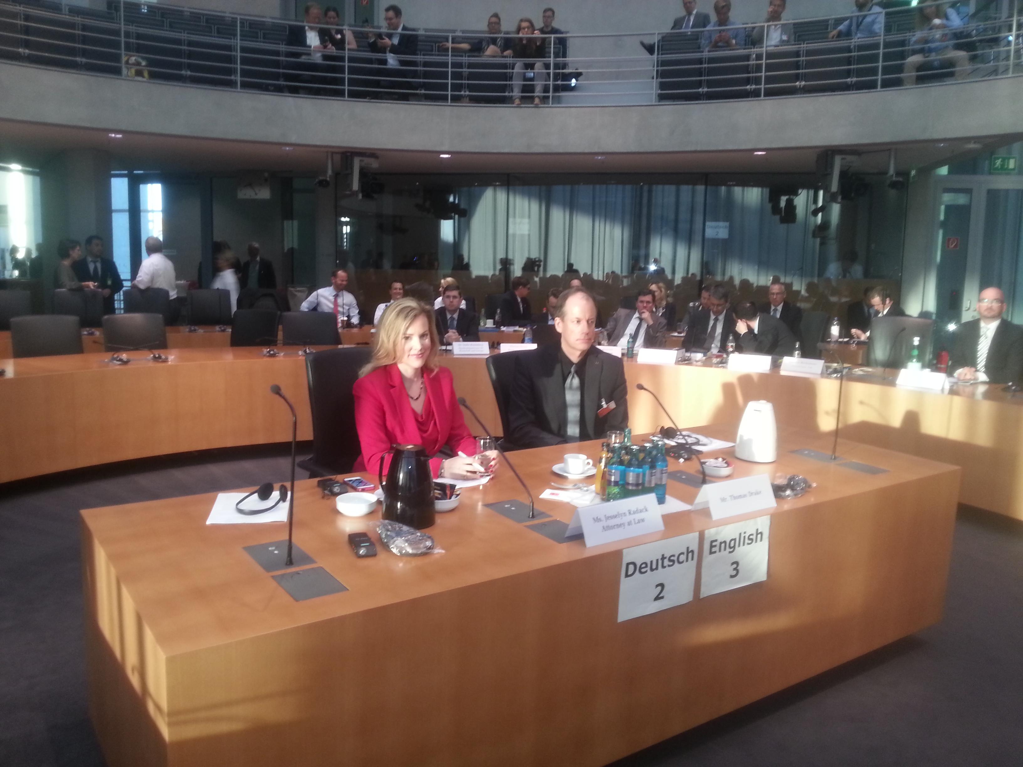 Thomas Drake und Jesselyn Radack im Untersuchungsausschuss.