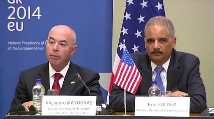 US-Minister Holder und Staatssekretär Mayorkas in Athen. Kurz vorher traf sich IM de Maizière mit Mayorkas in Barcelona.