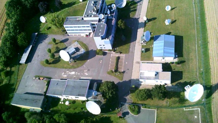 Die BND-Außenstelle in Schöningen bei Hannover. Hier werden die Daten gesammelt, die an die Bundeswehr weitergereicht werden. Das Bild knipste eine fliegende Kamera bei einem Zaunspaziergang von AktivistInnen.