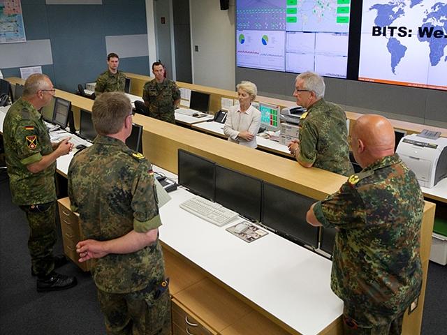 Verteidigungsministerin von der Leyen beim Kommando Strategische Aufklärung. Bild: Roland Alpers, Bundeswehr.