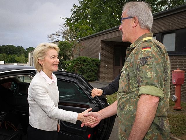 Vizeadmiral Nielson empfängt Verteidigungsministerin von der Leyen beim Betriebszentrum IT-System der Bundeswehr in Rheinbach. Bild: Roland Alpers, Bundeswehr.