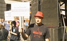 2015-08-01_Demonstration-Her-mit-den-Dokumenten
