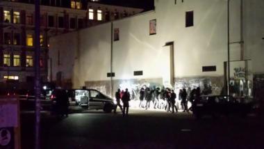 Polizei beginnt, Einzelne aus der Kundgebung herauszulösen und auf einem Parkplatz zu durchsuchen. Personen werden fotografiert, Mobiltelefone beschlagnahmt. (Bild: Zusendung)