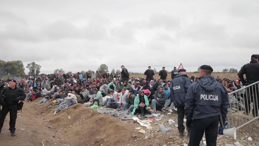 """Geflüchtete auf der """"Balkan-Route"""" im Herbst 2015. Die erweiterten Systeme SIS II, EURODAC, VIS und ECRIS betreffen zuerst MigrantInnen."""