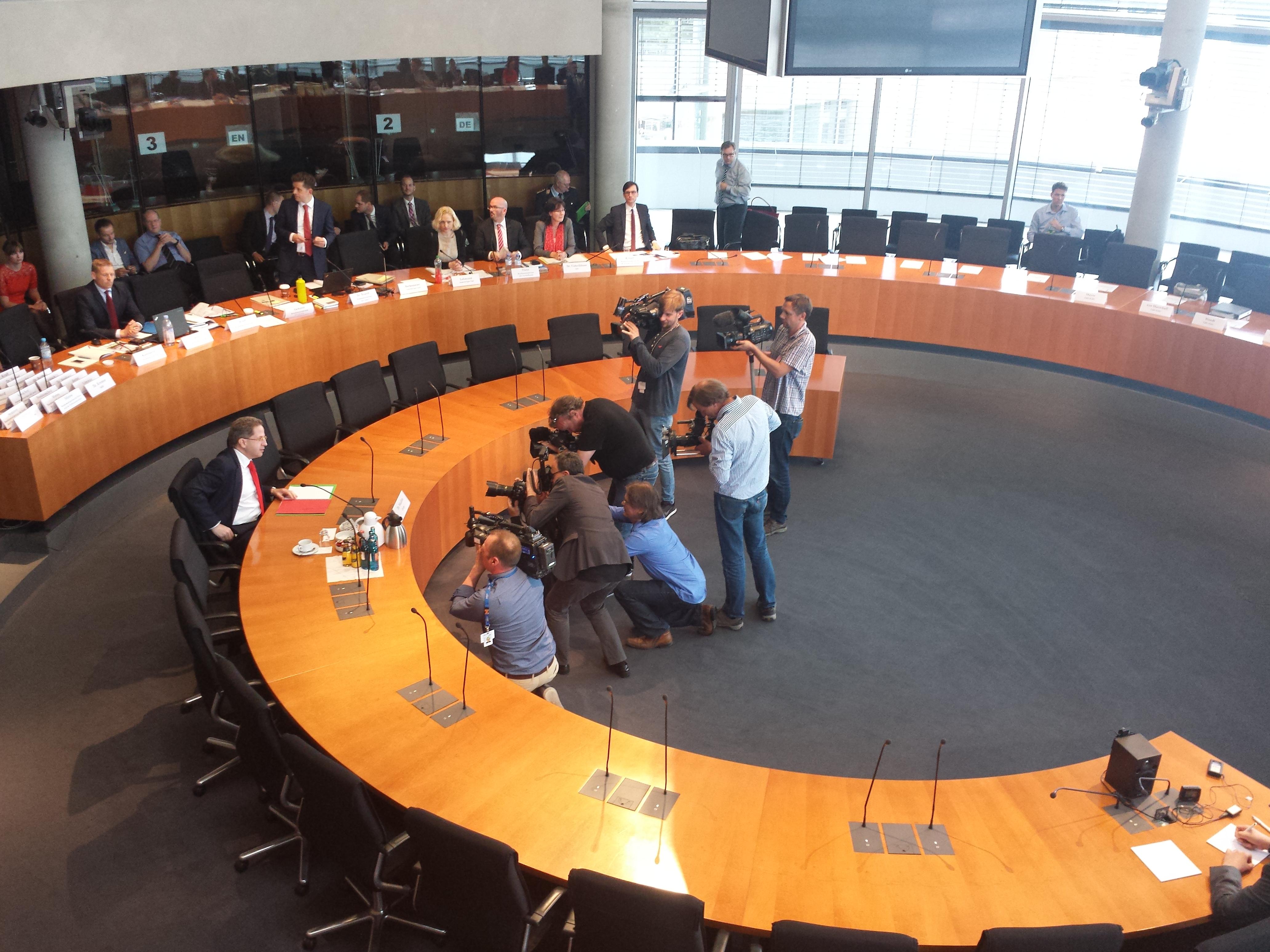 Zeuge Hans-Georg Maaßen im Europasaal vor Beginn der Sitzung.