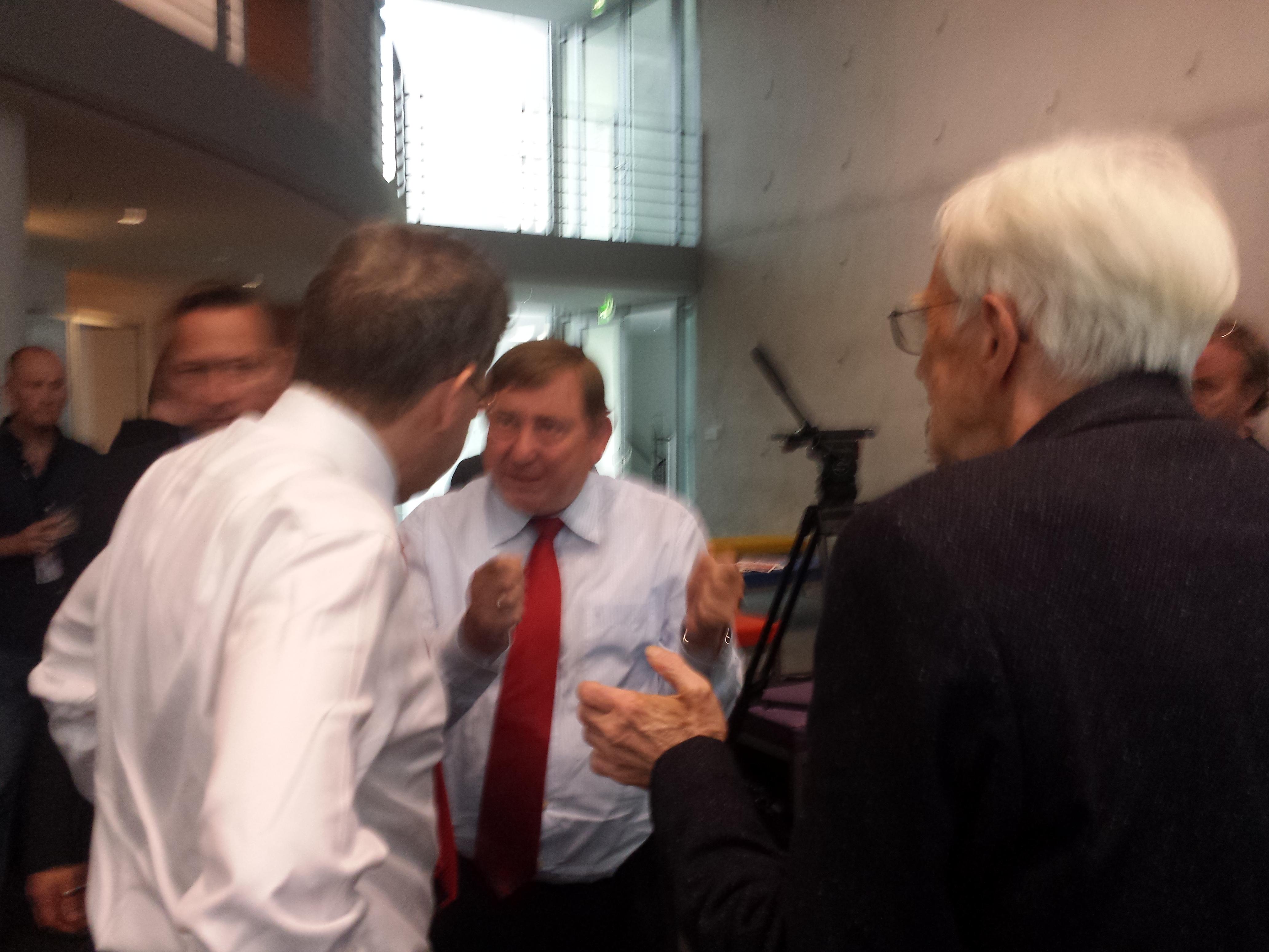 In der Pause vor dem Raum diskutieren Maaßen, Hahn und Ströbele angeregt.