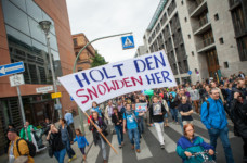 "Demonstranten fordern im August 2014 auf der ""Freiheit statt Angst""-Demonstration den NSA-Whistleblower Edward Snowden nach Deutschland zu holen. Bild: Jakob Huber/Campact unter CC BY-NC 2.0-Lizenz"