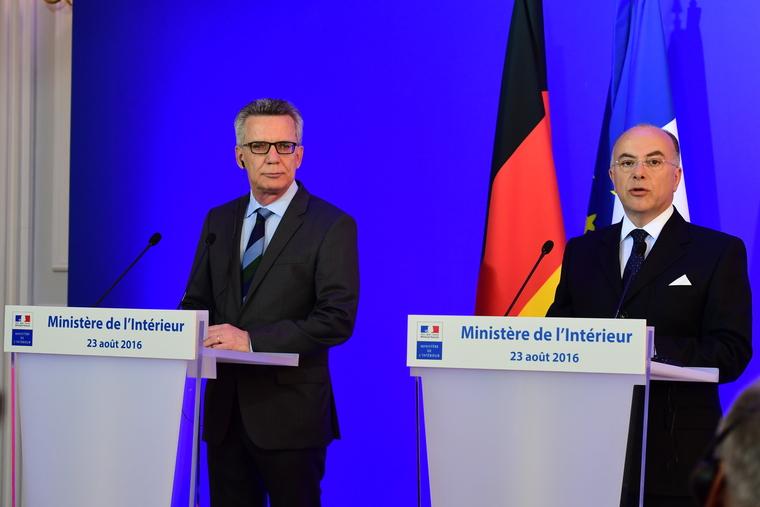 Innenminister de Maiziere und sein französischer Amtskollege Cazeneuve bei der Vorstellung der gemeinsamen Erklärung. Foto: Ministère de l'Interieur France
