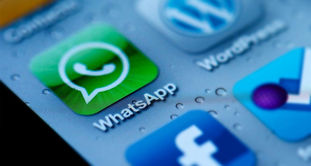 Innenminister de Maizière will Telemediendienste, die zur Kommunikation genutzt werden, auch von der Vorratsdatenspeicherung erfassen lassen. Dazu gehören neben Messengern wie WhatsApp auch Webseiten mit Kommentarfunktion. Foto: CC-BY 2.0 Sam Azgor