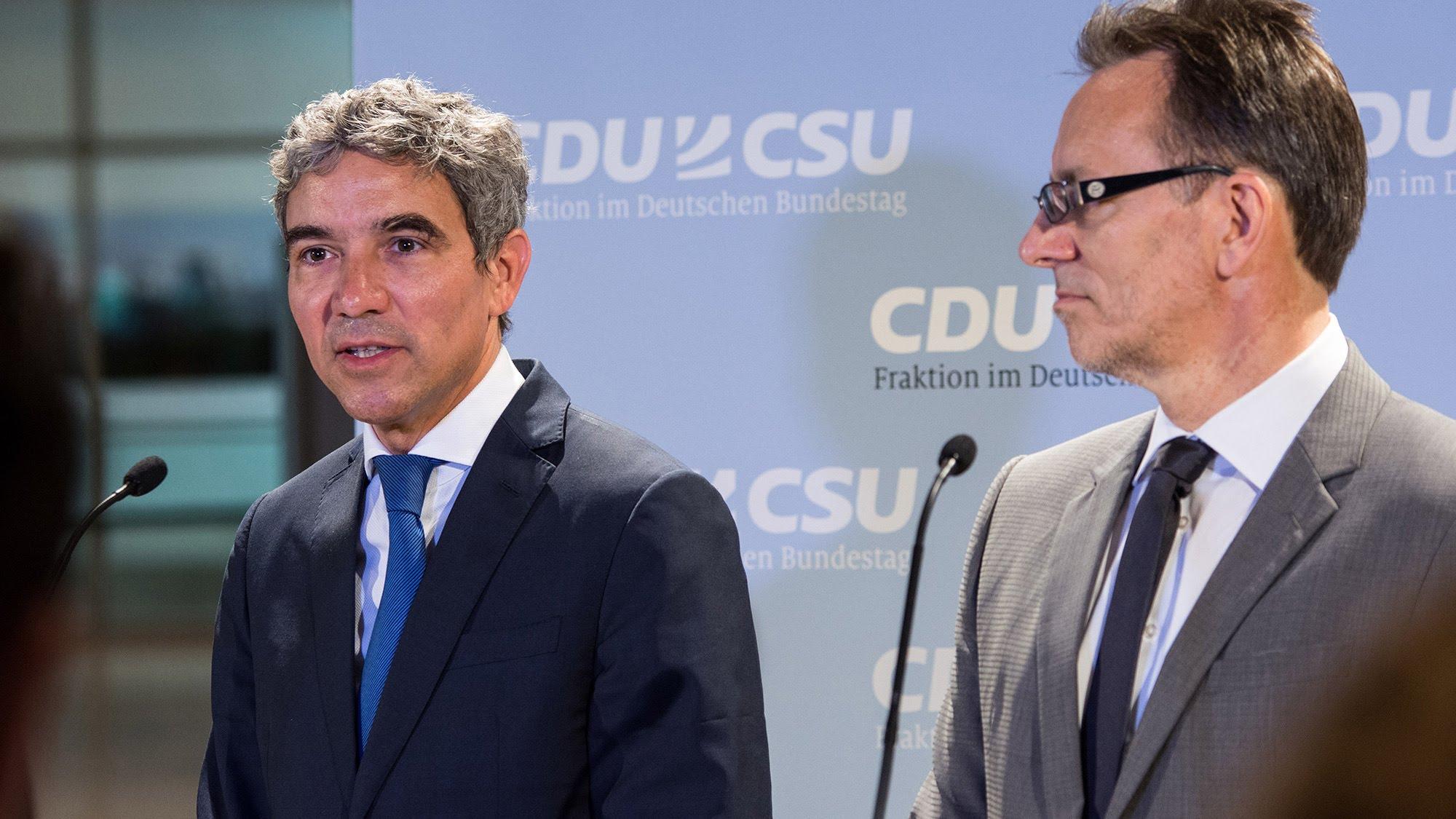 BKA-Chef Holger Münch und der stellvertretende Fraktionsvorsitzende der Union Dr. Stephan Harbarth bei der Vorstellung des Zwölf-Punkte-Programms.