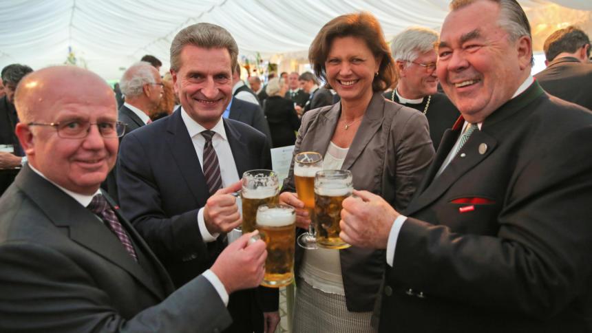 Liest im Internet nur Überschriften von Artikeln: EU-Kommissar Günther Oettinger (zweiter von links).