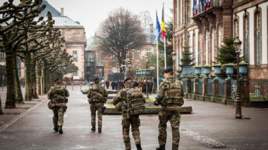 Im Rahmen der Operation Sentinelle sind seit letzem Jahr Soldaten im öffentlichen Raum präsent.