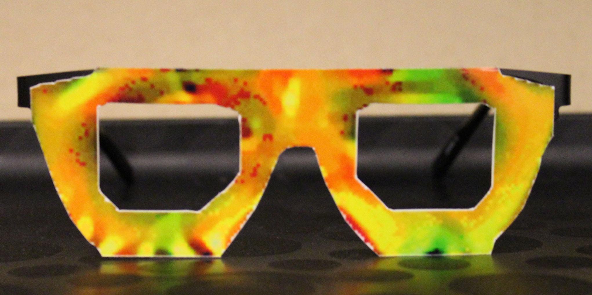 Brille, mit der die Forscher eine Identifizierung durch die Gesichtserkennung verhinderten. Foto: Auschnitt aus der Studie.
