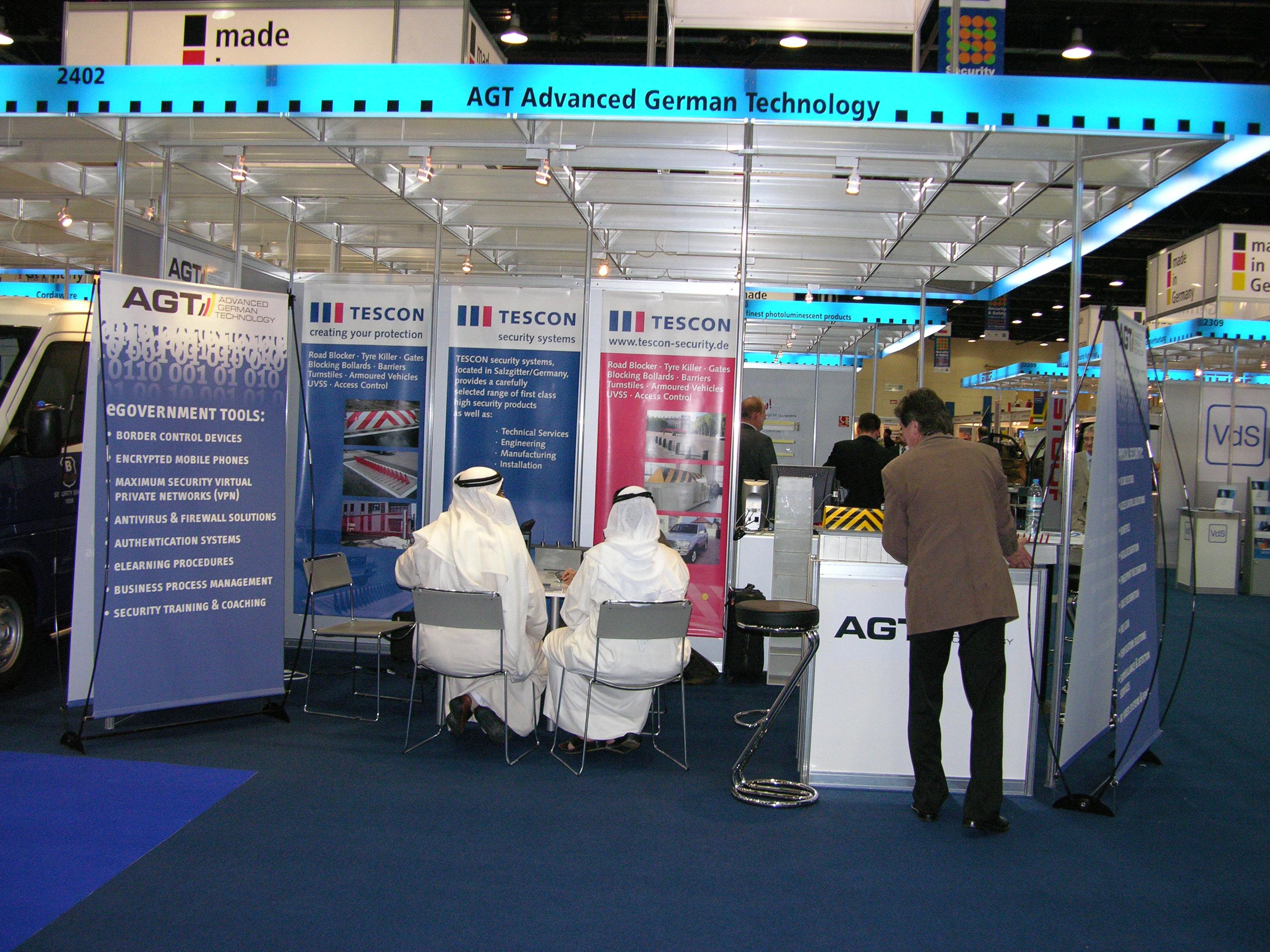 Kunden aus den Golfstaaten an AGTs Stand auf einer Handelsmesse, 2005.