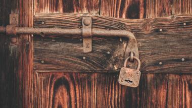 Rostiges Schloss an einer Holztür.