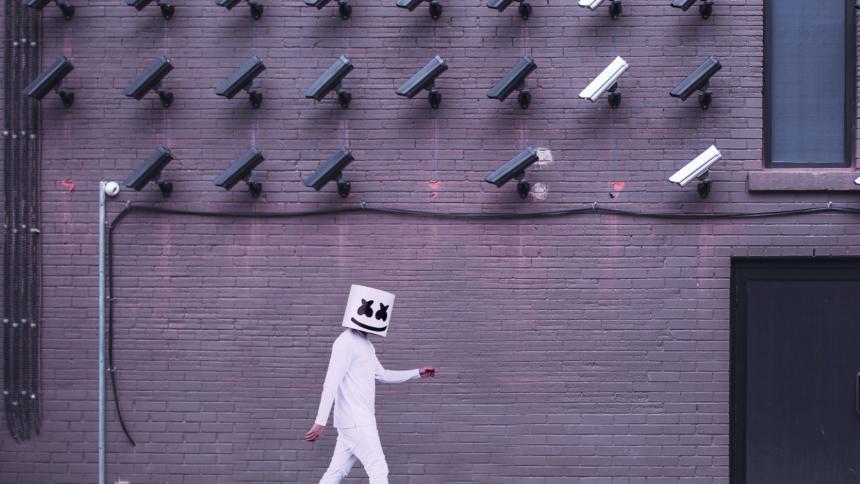 Das neue Datenschutzgesetz, das morgen im Bundestag verabschiedet wird, schwächt unter anderem die Aufsicht über den Bundesnachrichtendienst und stärkt Videoüberwachung.
