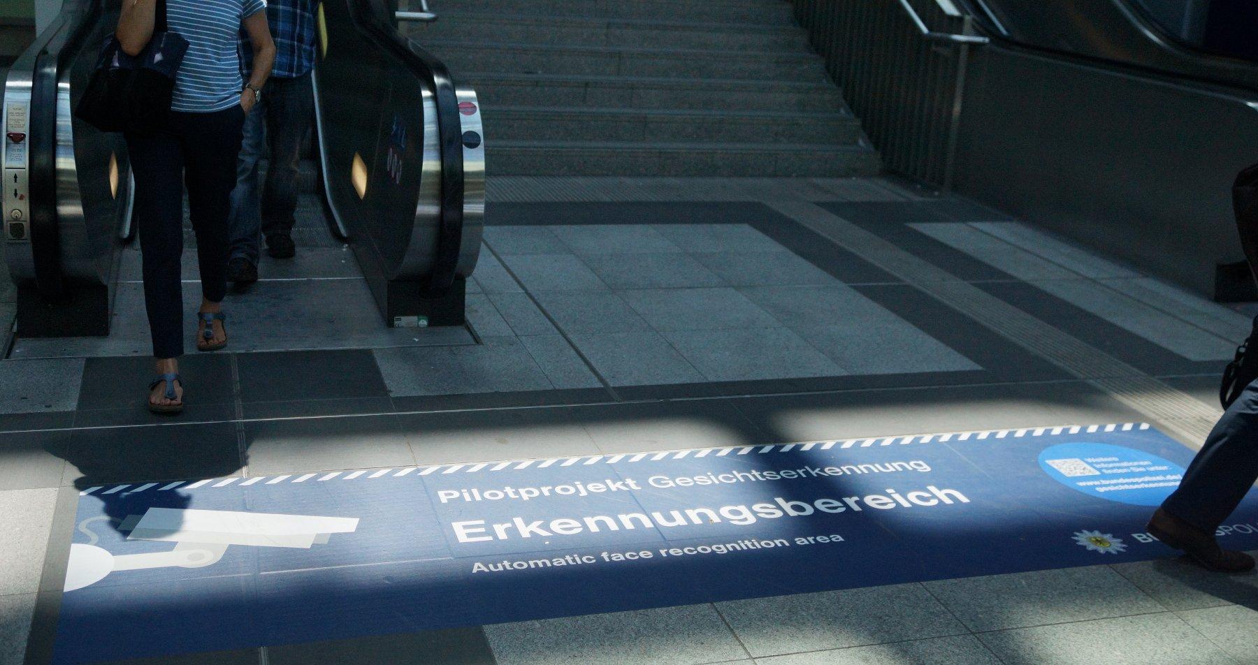 hinweisschild unten rolltreppe suedkreuz