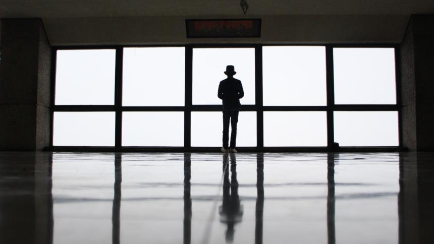 Mensch vor einem Fenster