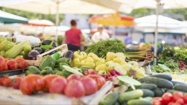 Regionales Obst und Gemüse auf Markt.
