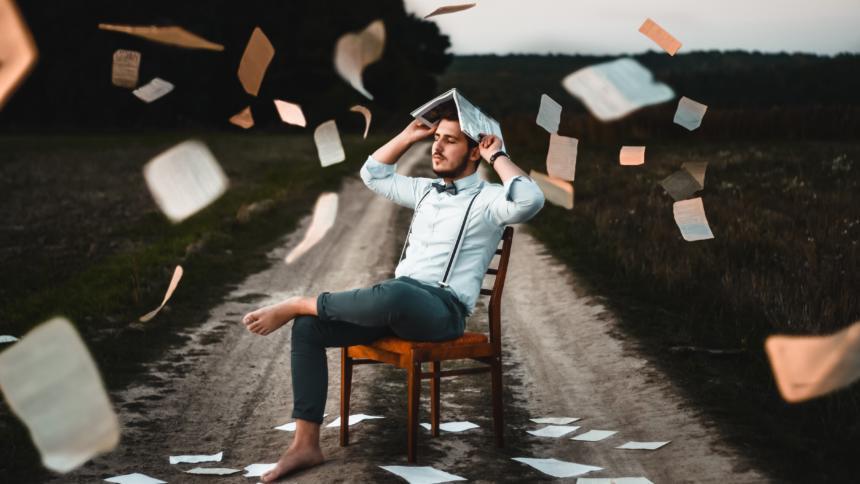 Mann mit herumfliegenden Papier