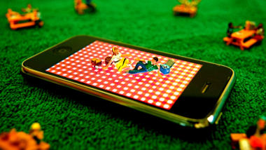 Zwei Menschen machen ein Picknick auf einem Smartphone.