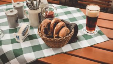 Bier und Brezeln auf einer karrierten Tischdecke