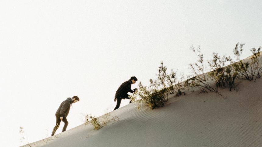 Männer auf einer Düne