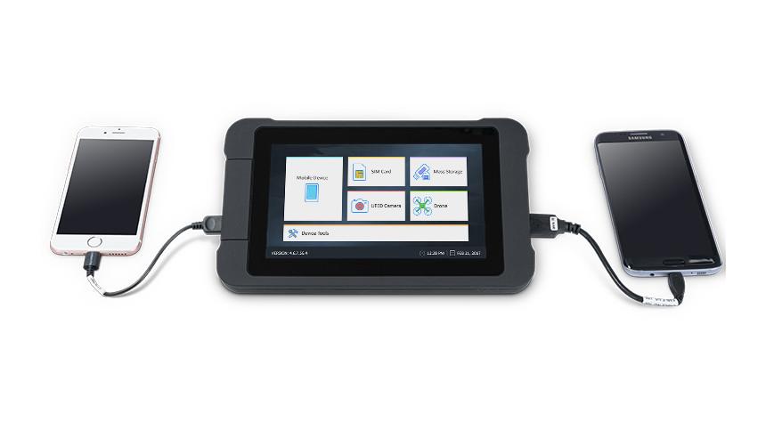 Tablet mit zwei angeschlossenen Handys