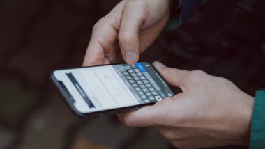 Smartphone in den Händen eines Mannes