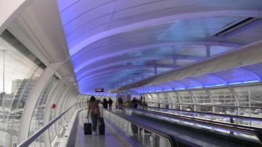 langer Gang in einem Flughafen