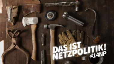 Axt, Hammer und andere Werkzeuge auf einer Holzoberfläche