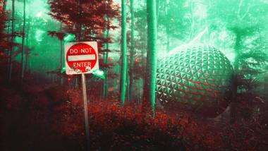 """In einem Wald steht ein futuristisches, rundes Objekt. Davor ein Schild mit der Aufschrift """"Do not Enter""""."""