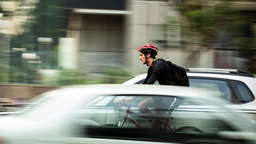 Auto überholt Radfahrer