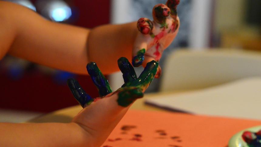 Kinderhände mit bunten Fingerfarben