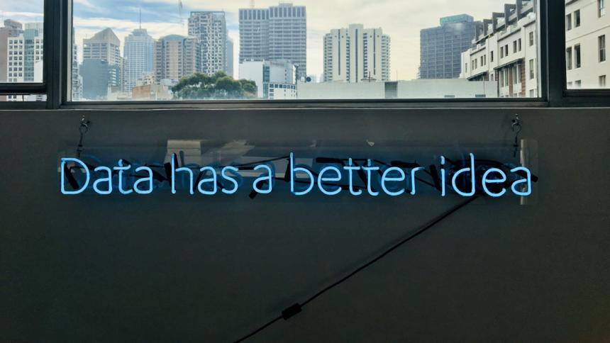 """Ein blauer Neon-Schriftzu auf einer Wand liest """"Data has a better idea"""""""