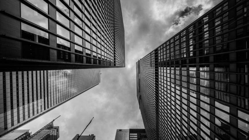 Hochhäuser und grauer Himmel aus der Persoektive von unten