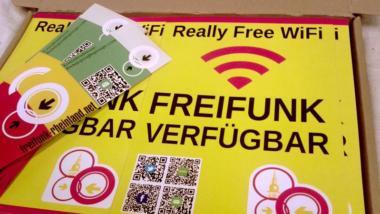 """Ein gelber Karton mit der Aufschrift """"Freifunk verfügbar"""""""