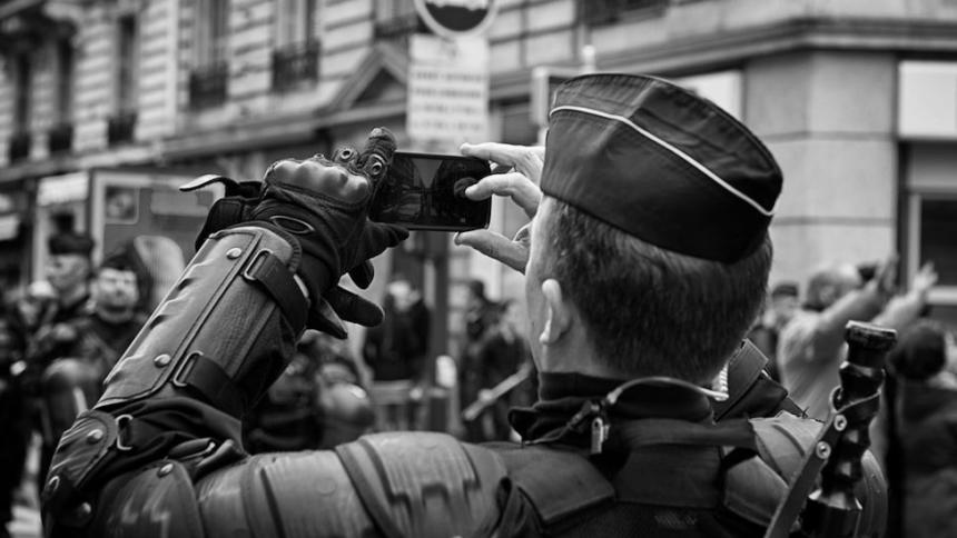 Polizist mit Handy