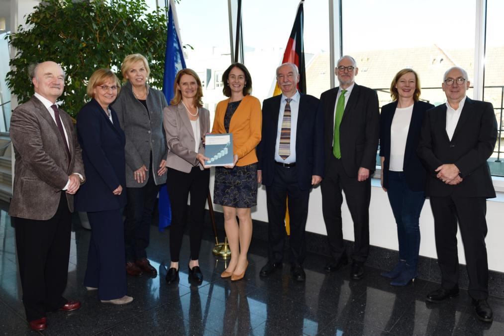 Der Sachverständigenrat bei der Übergabe des Gutachtens an die Justizministerin Dr. Katarina Barley und mit Staatssekretär Gerd Billen