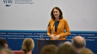 Bundesministerin für Justiz und Verbraucherschutz Katarina Barley steht am Pult bei der Übergabe des Gutachtens