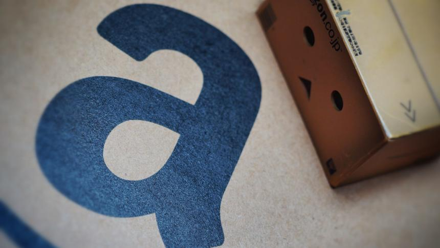 Amazon-Schriftzug mit Paket