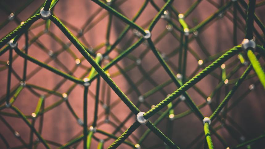 Grünes Netz aus Seilen