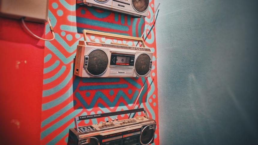 Ein Radio hängt an einer rot gemusterten Wand