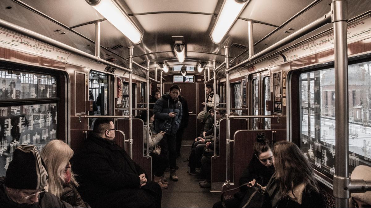 Menschen in der Berliner U-Bahn