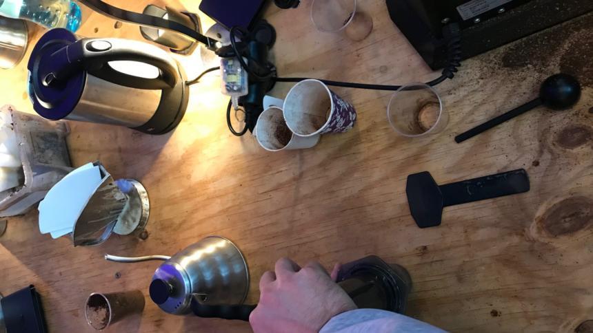Menschen bereiten Kaffee zu