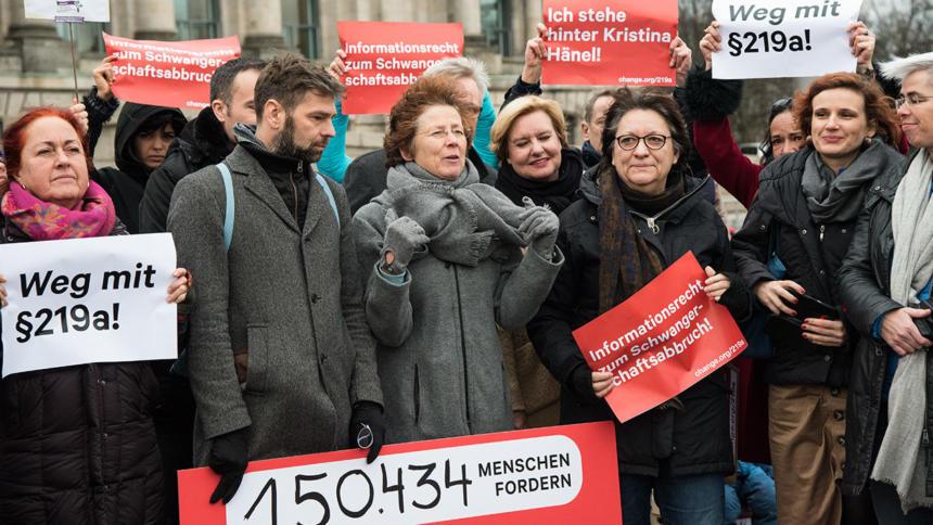 Aktivistinnen und Politiker*innen vor dem Bundestag