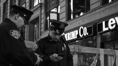 Zwei Polizisten schauen auf ihre Smartphones